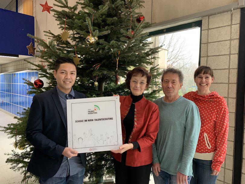 Nam Bui überreicht Dr. Sigrun Leistritz, Dr. Jürgen Puth und Sonja Neumann (v.l.) die Talentscouting-Plakette. Foto: Presse Gymnasium Heißen